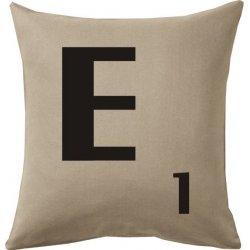 Cojines con la letra E en tono beig